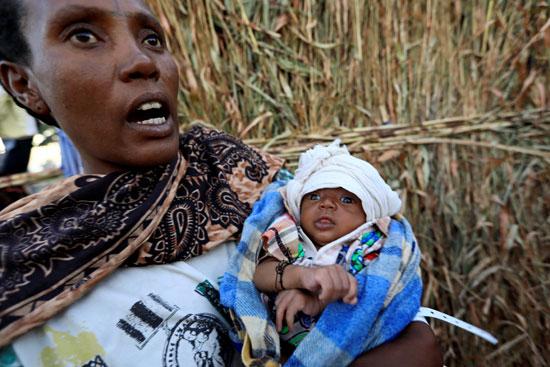 امرأة وطفلها هاربة من الحرب فى إثيوبيا