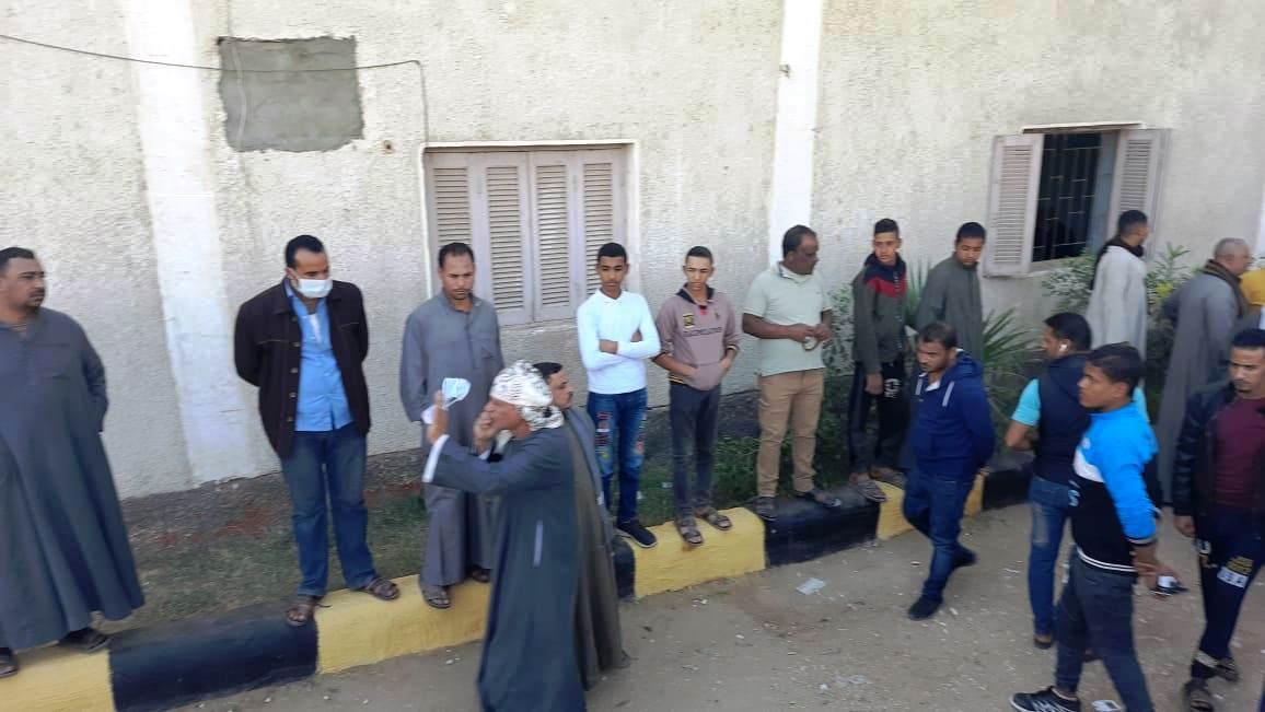 إقبال كثيف أمام لجان الانتخابات بسوهاج