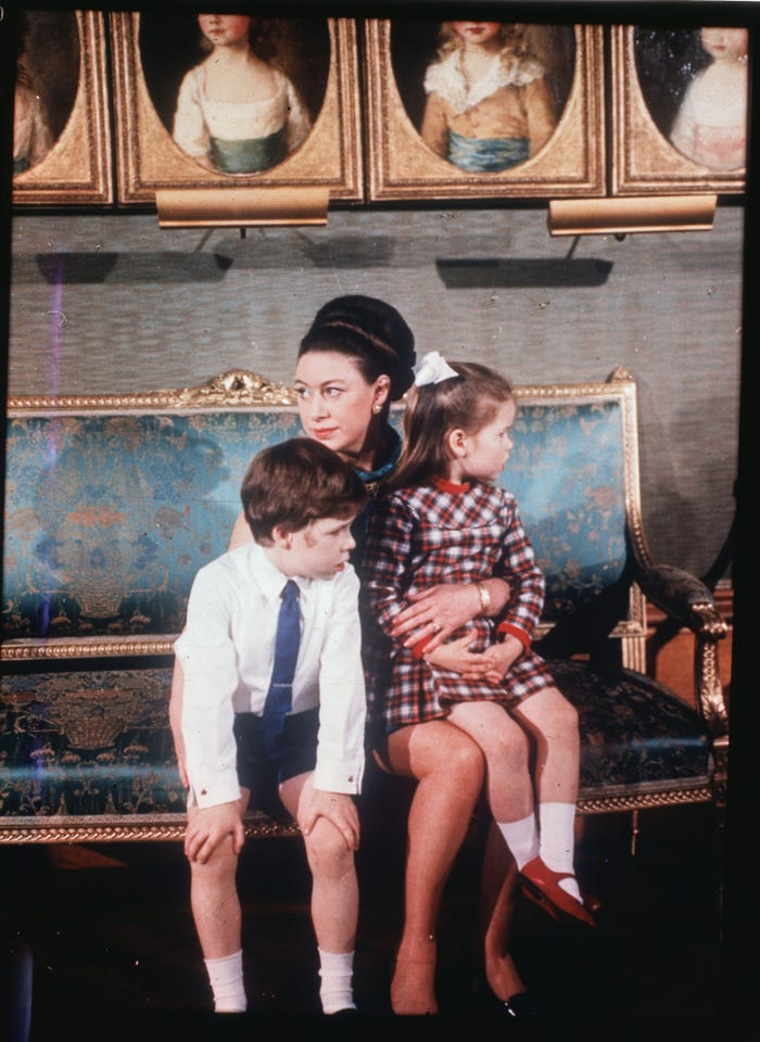 اخت الملكة مع طفليها