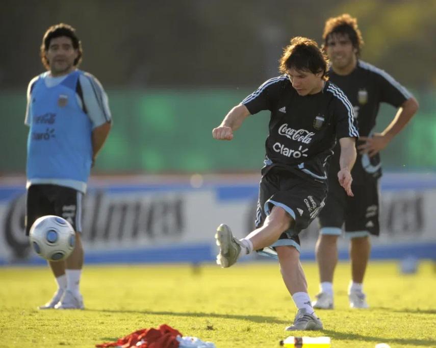 مارادونا يتابع خليفته النجم ليونيل ميسي فى التدريبات