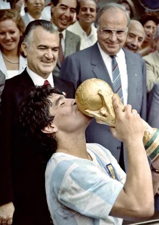 مارادونا يقبل كاس العالم الذى توج به مع الارجنتين عام 1986