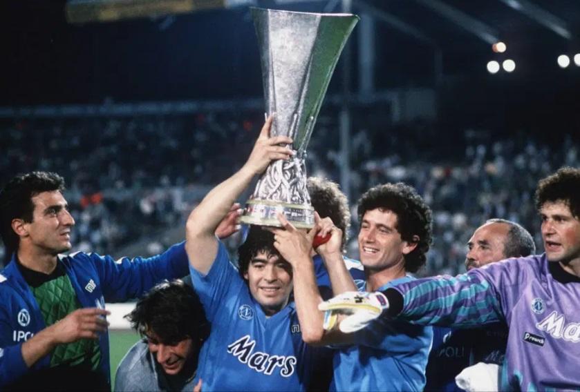 مارادونا يرفع لقب كاس الاتحاد الاوروبى عام 1989