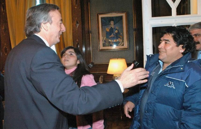 مارادونا والرئيس الأرجنتيني نيستور كيرشنر في 2004 في المكتب الرئاسي في بوينس آيرس