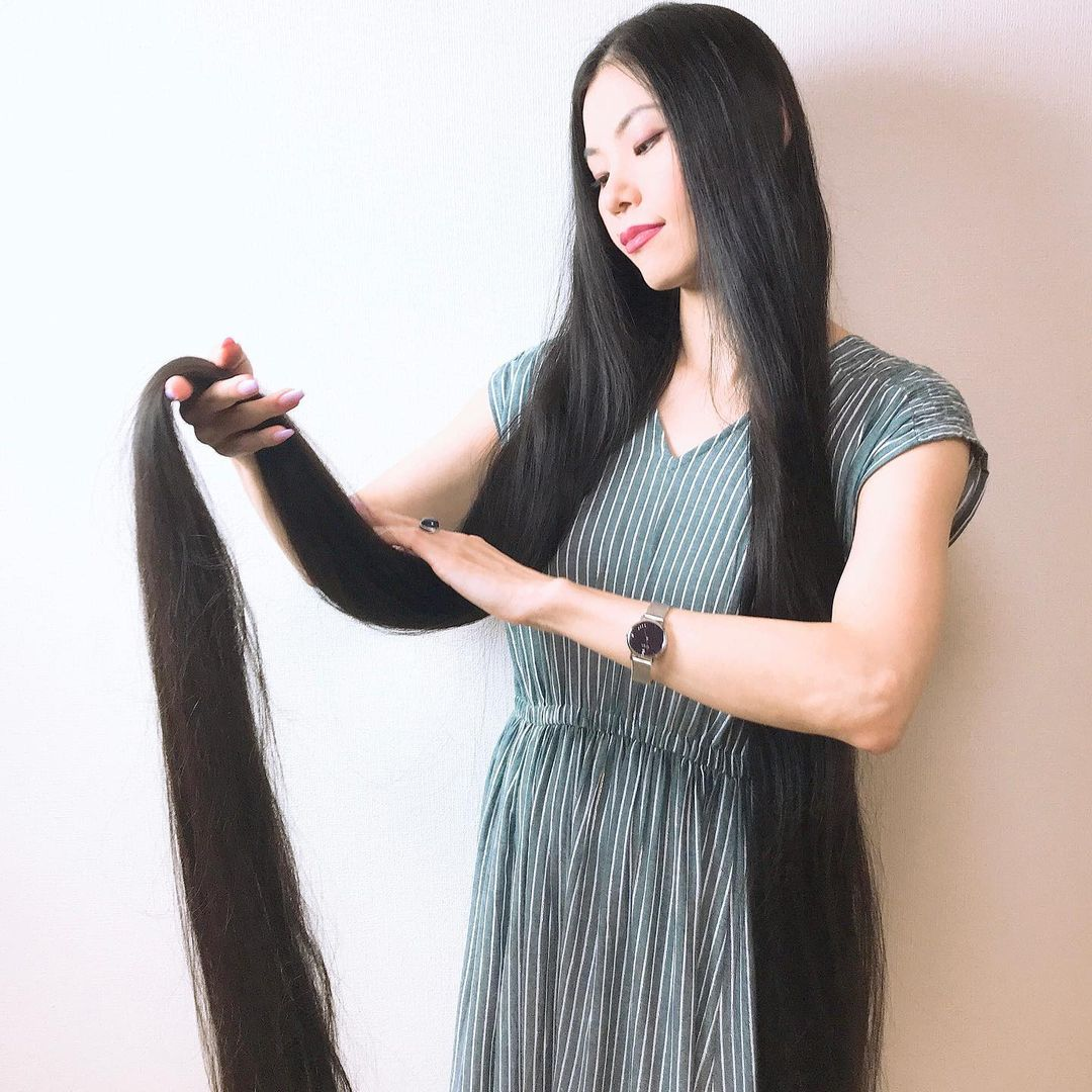 يابانية لم تقص شعرها منذ الطفولة بلغ طوله متر و82 سم . (2)