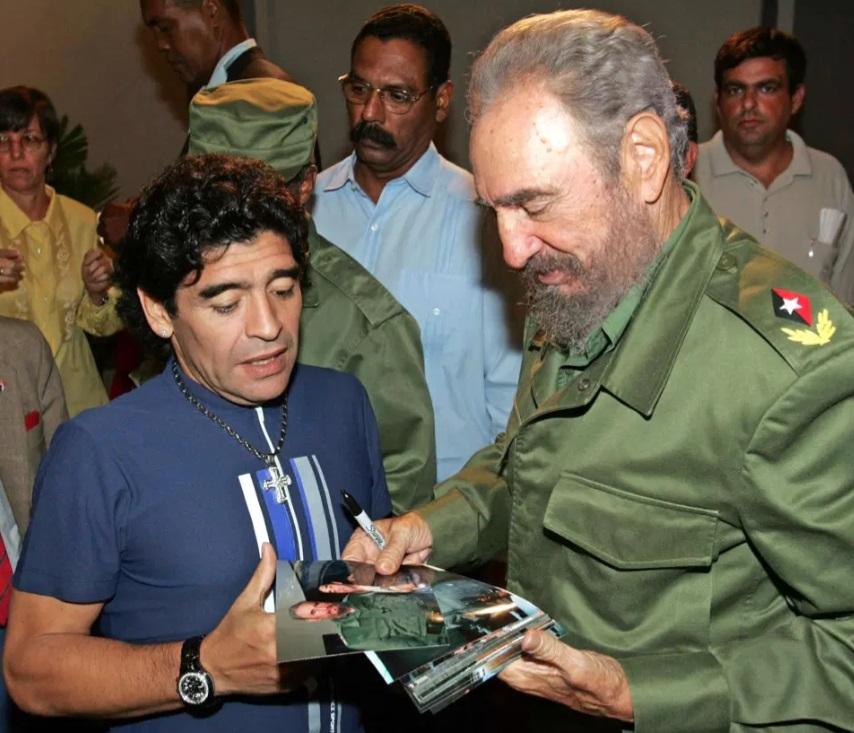 مارادونا مع الرئيس الكوبى فيدل كاسترو عام 2005