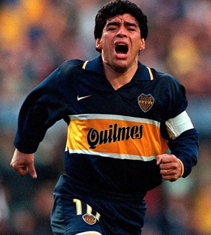 لعب مارادونا ضمن صفوف بوكا جونيورز فى فترتين وانهى مشواره مع الفريق