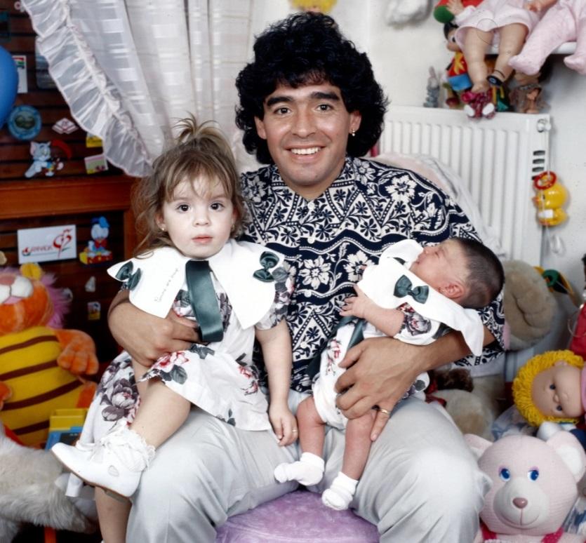 مارادونا مع ابنتيه دلما وجيانينا في إيطاليا  عام 1989