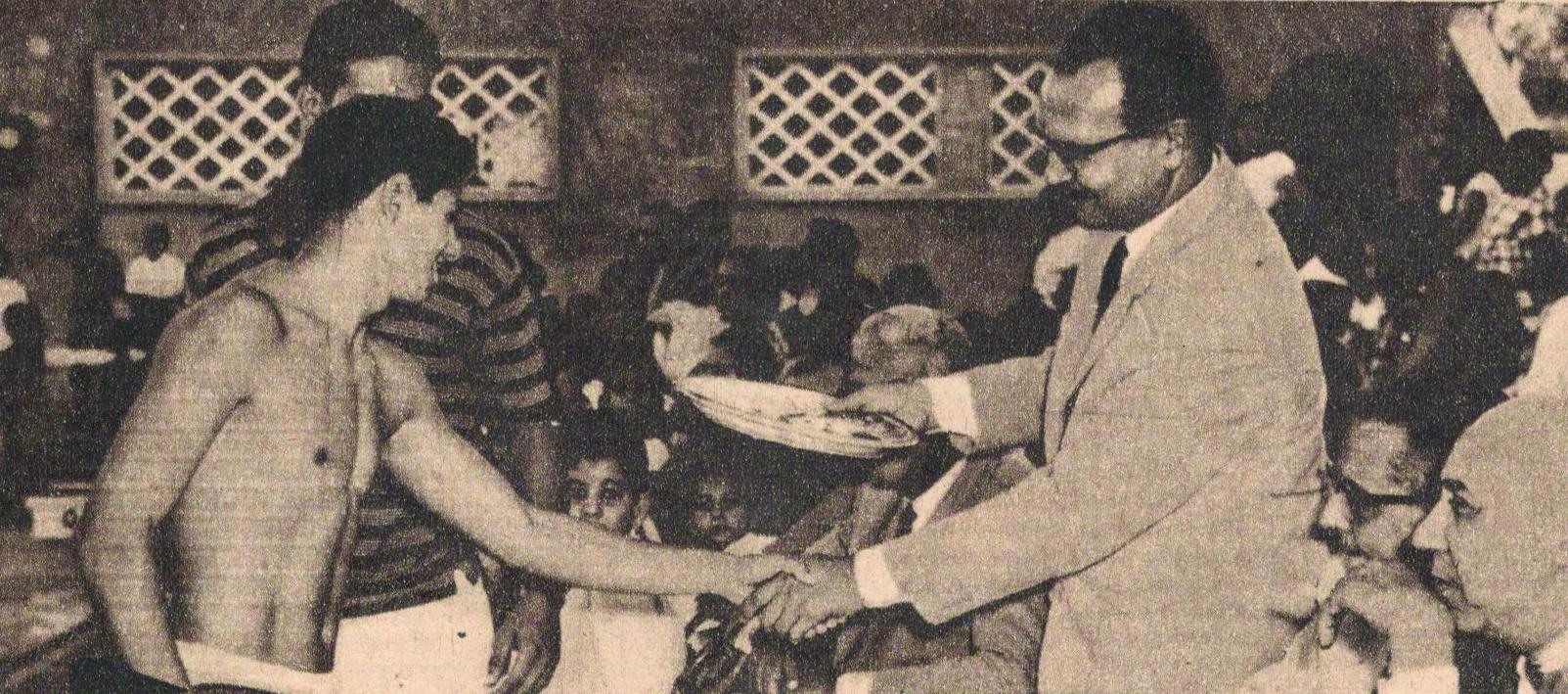 بطل السباحة محمد حسن يسلم جوائز لسباحي نادي البنك الأهلي المصري  في حفل للسباحة في 1964  (1)