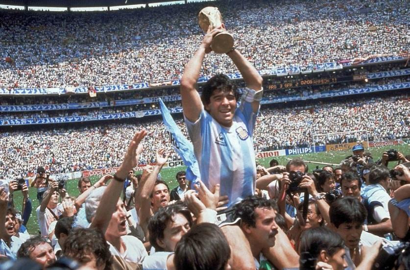 مارادونا يرفع كاس العالم فى حضور 100 ألف متفرج