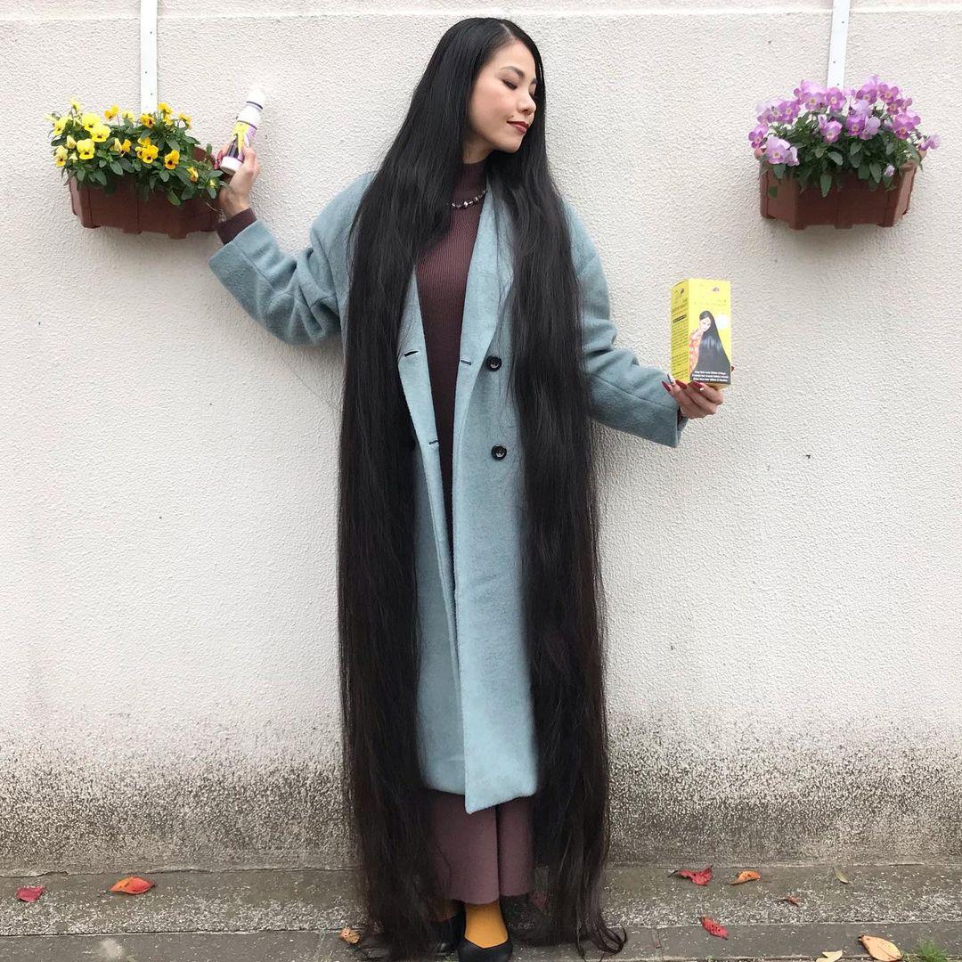 يابانية لم تقص شعرها منذ الطفولة بلغ طوله متر و82 سم . (6)