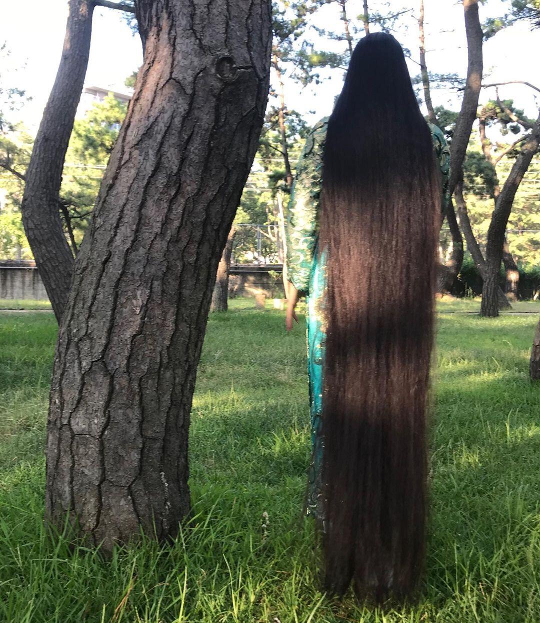 يابانية لم تقص شعرها منذ الطفولة بلغ طوله متر و82 سم . (3)