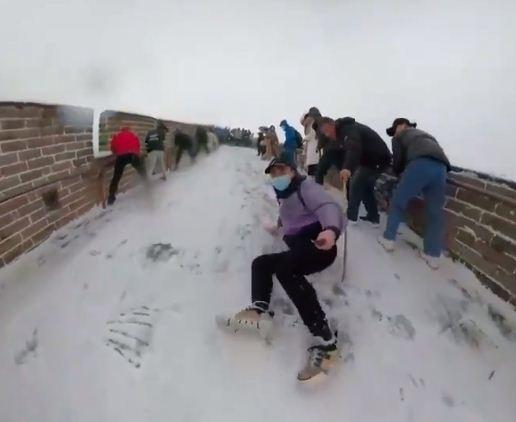 سائح يتزلج على سور الصين العظيم