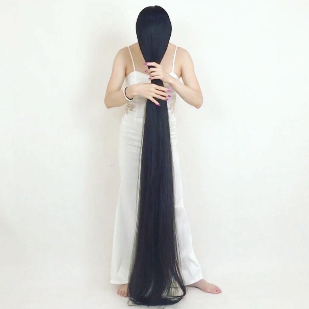 يابانية لم تقص شعرها منذ الطفولة بلغ طوله متر و82 سم . (1)