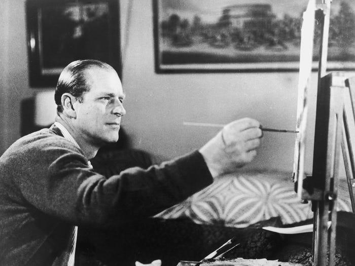 الأمير فيليب وهو يرسم