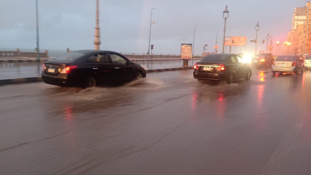 إرتفاع منسوب مياه الأمطار على الكورنيش  (1)