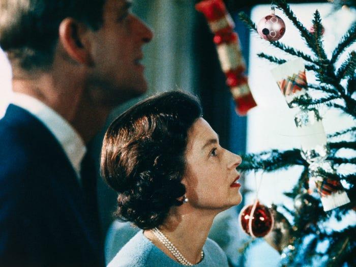 خلال تزيين شجرة عيد الميلاد