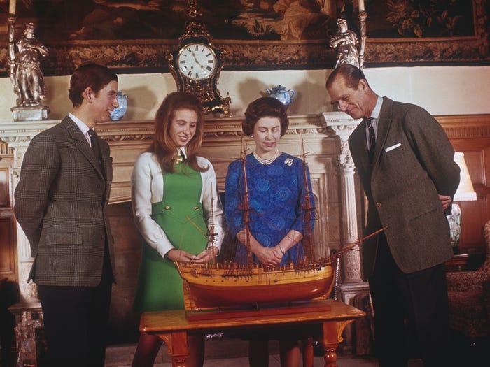 العائلة المالكة تشاهد نموذج سفينة