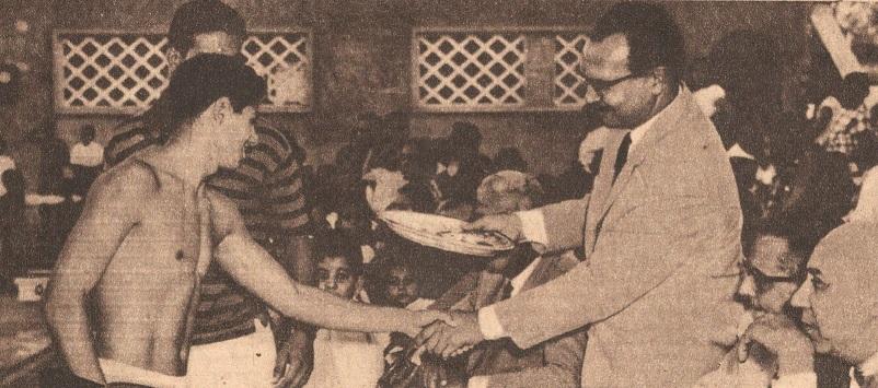 بطل السباحة محمد حسن يسلم جوائز لسباحي نادي البنك الأهلي المصري  في حفل للسباحة في 1964