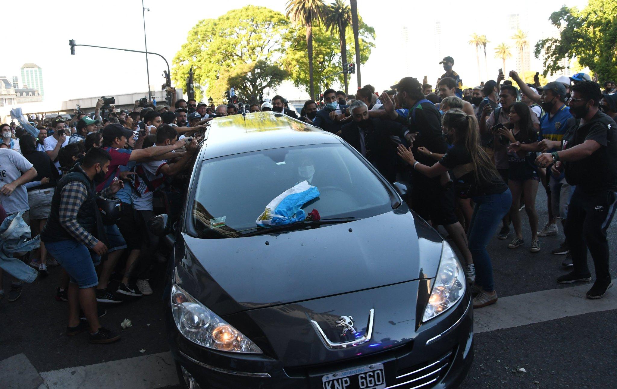 جثمان مارادونا فى طريقه إلى مثواه الاخير (4)