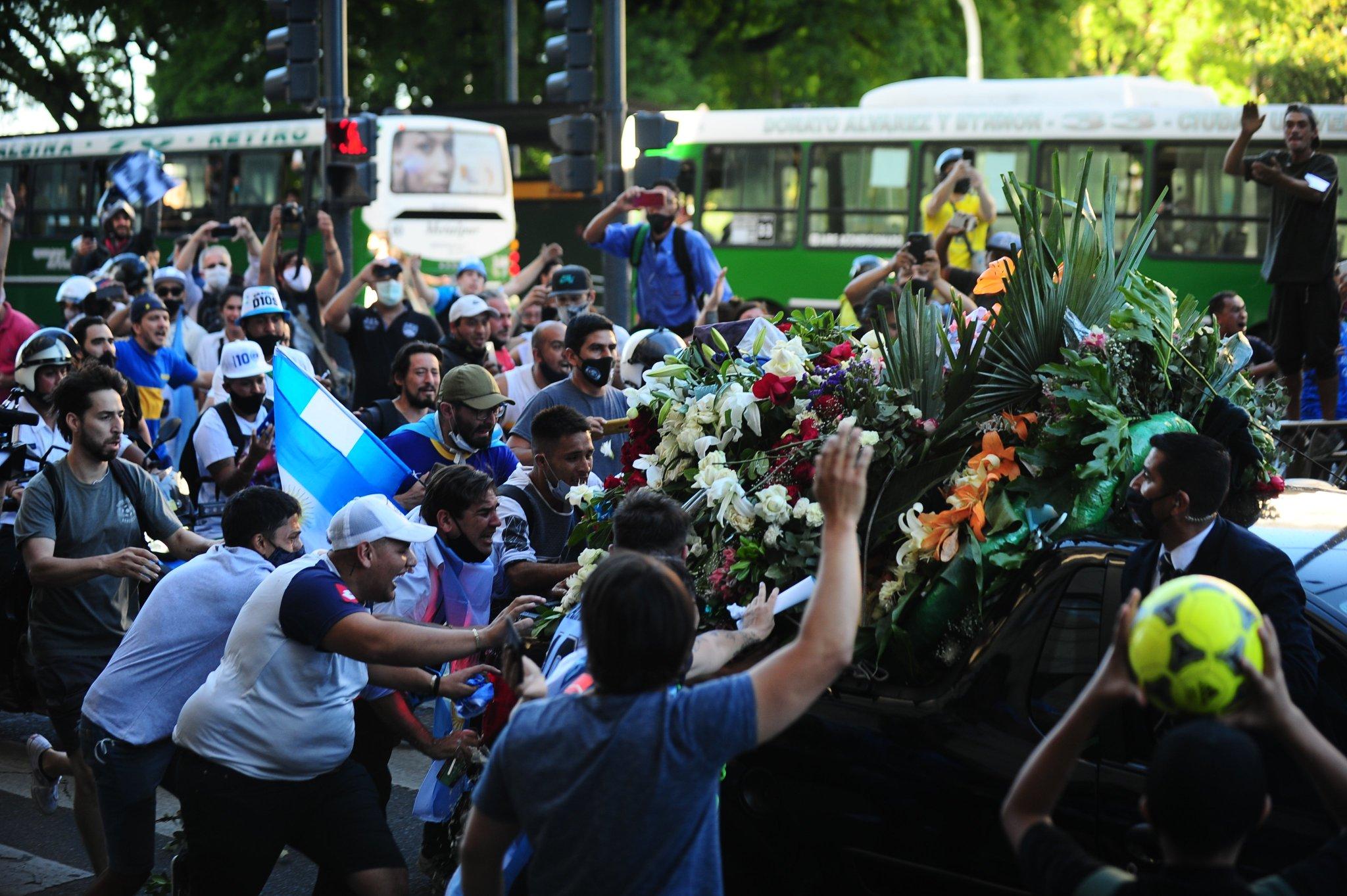 جثمان مارادونا فى طريقه إلى مثواه الاخير (3)