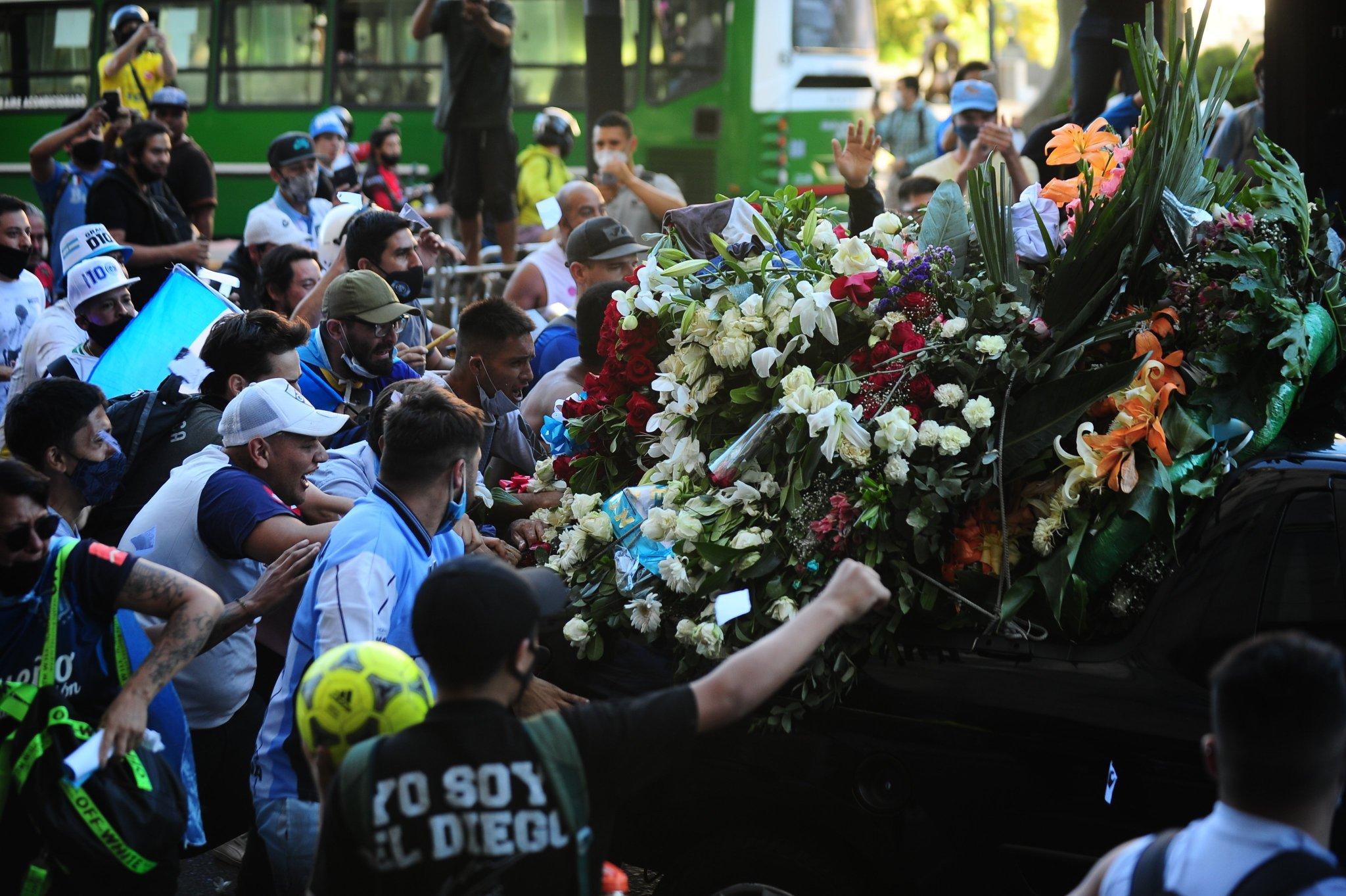 جثمان مارادونا فى طريقه إلى مثواه الاخير (2)