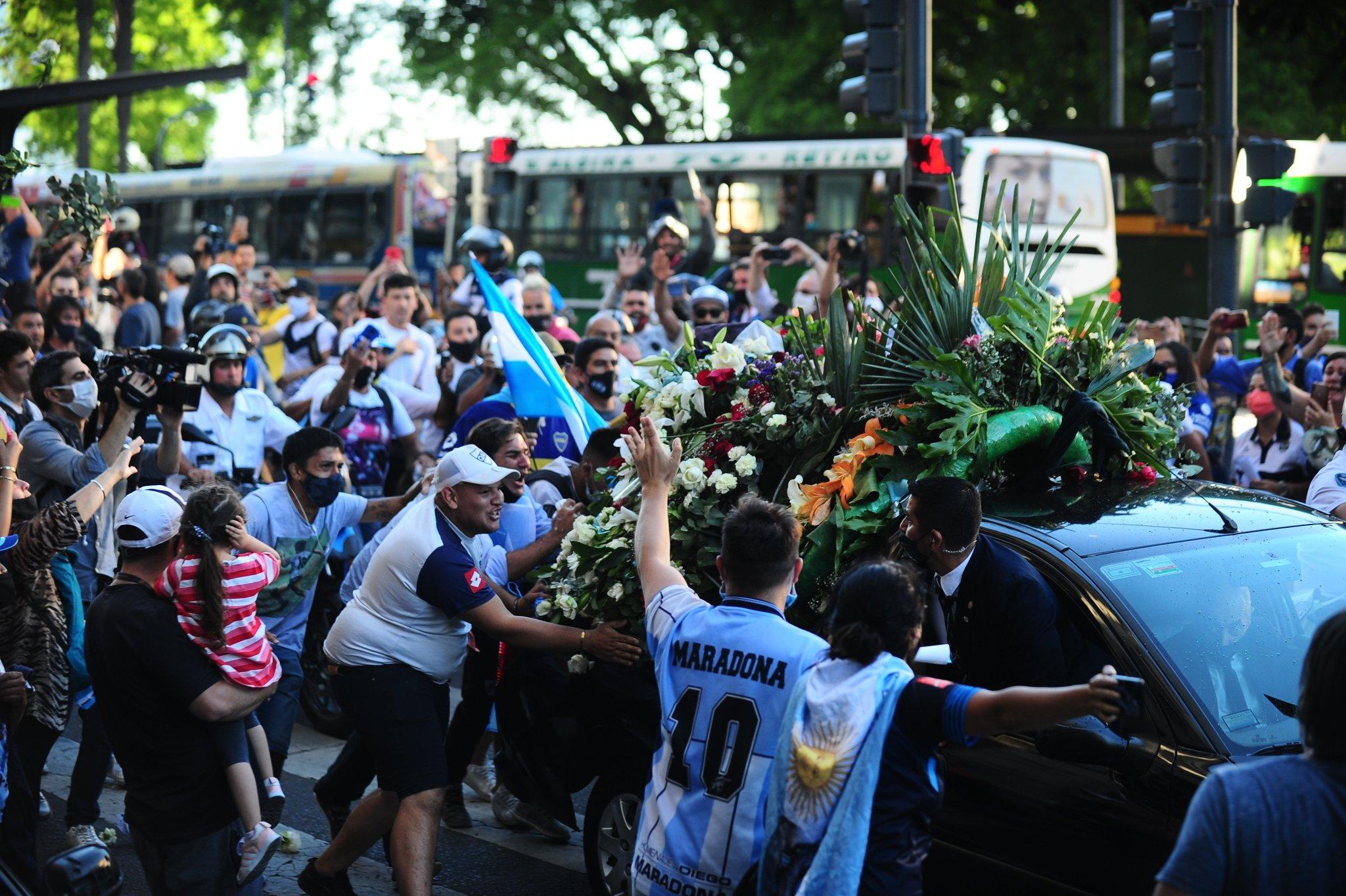 جثمان مارادونا فى طريقه إلى مثواه الاخير (1)