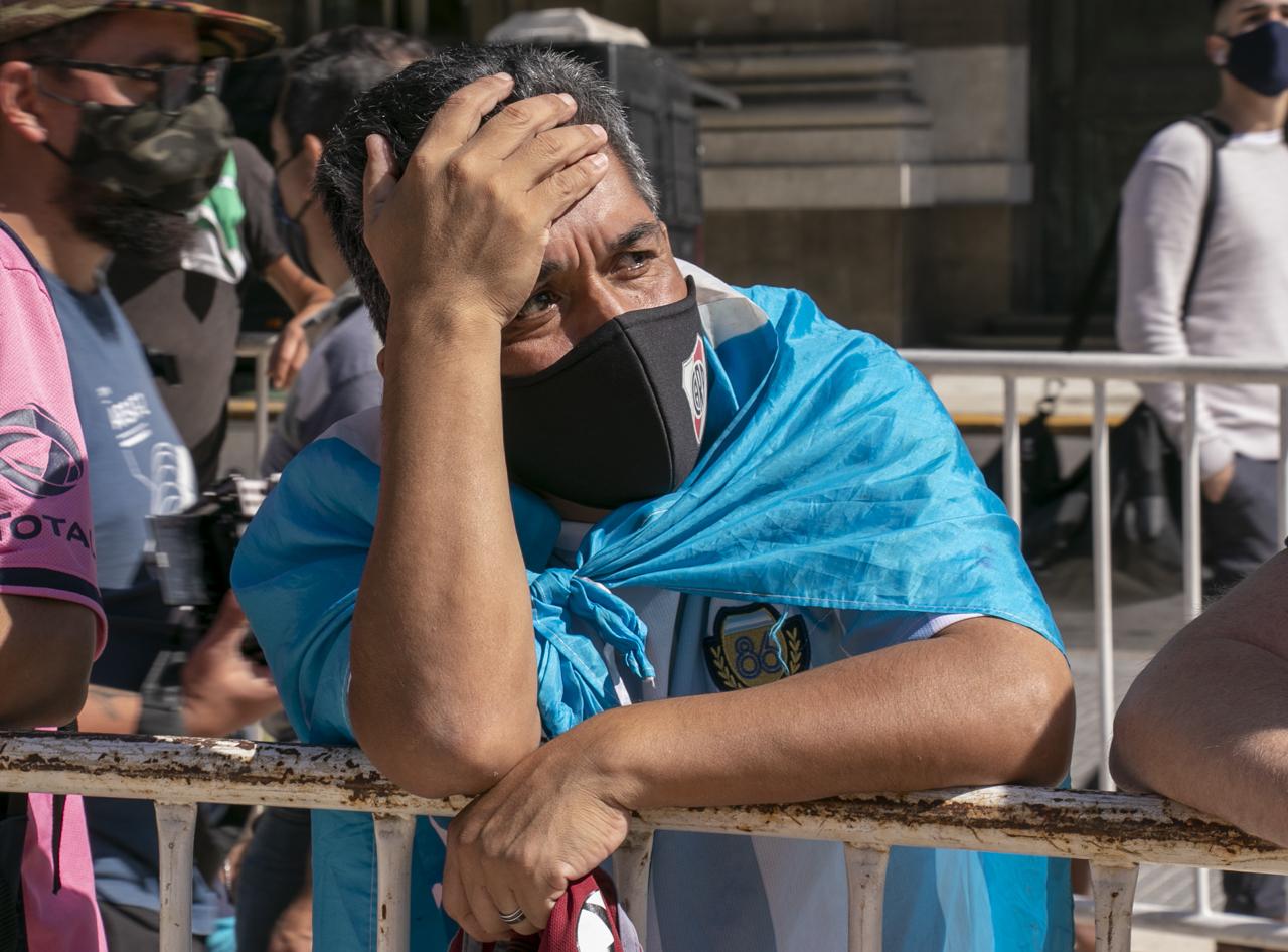 الجماهير تلقى النظرة الاخيرة على مارادونا (2)
