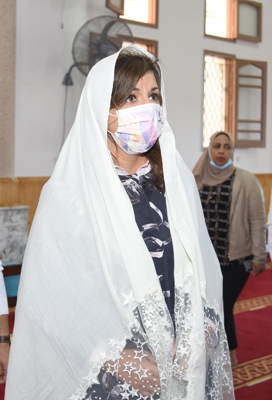 السفيرة نبيلة مكرم وزيرة الهجرة داخل المسجد