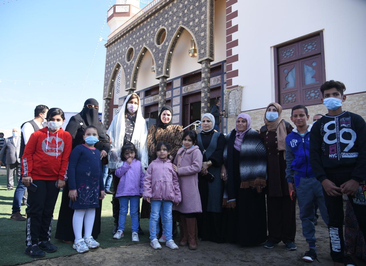 وزيرة الهجرة مع الأهالى أمام أحد المساجد