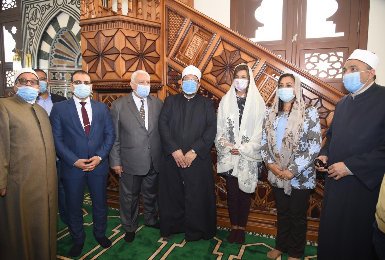 وزيرا الأوقاف والهجرة ومحافظ دمياط داخل أحد المساجد