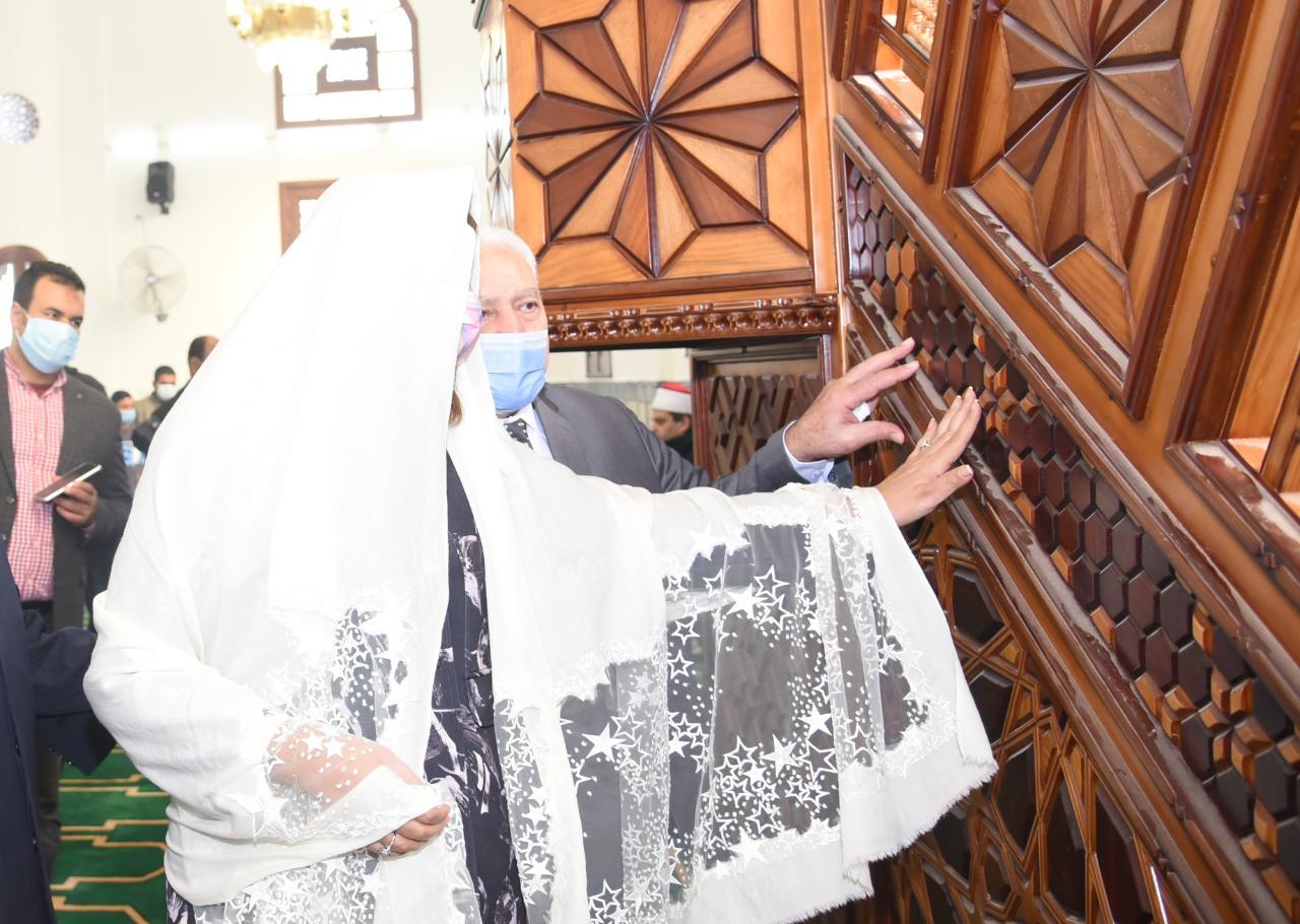 السفيرة نبيلة مكرم وزيرة الهجرة داخل أحد المساجد