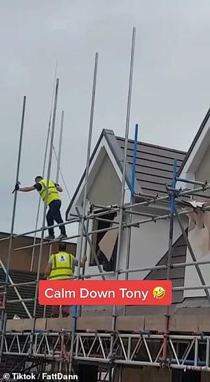 عامل بريطاني غاضب يحطم منزلين بعد خلاف على الأجر . (3)