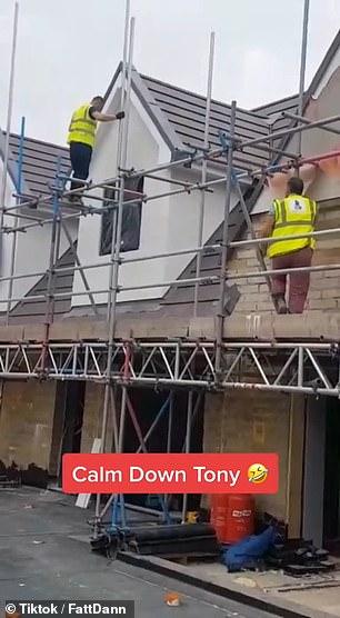عامل بريطاني غاضب يحطم منزلين بعد خلاف على الأجر . (4)