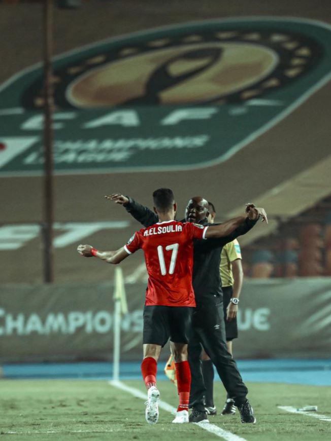 الاحتفال بالهدف الأول للأهلى مع موسيماني