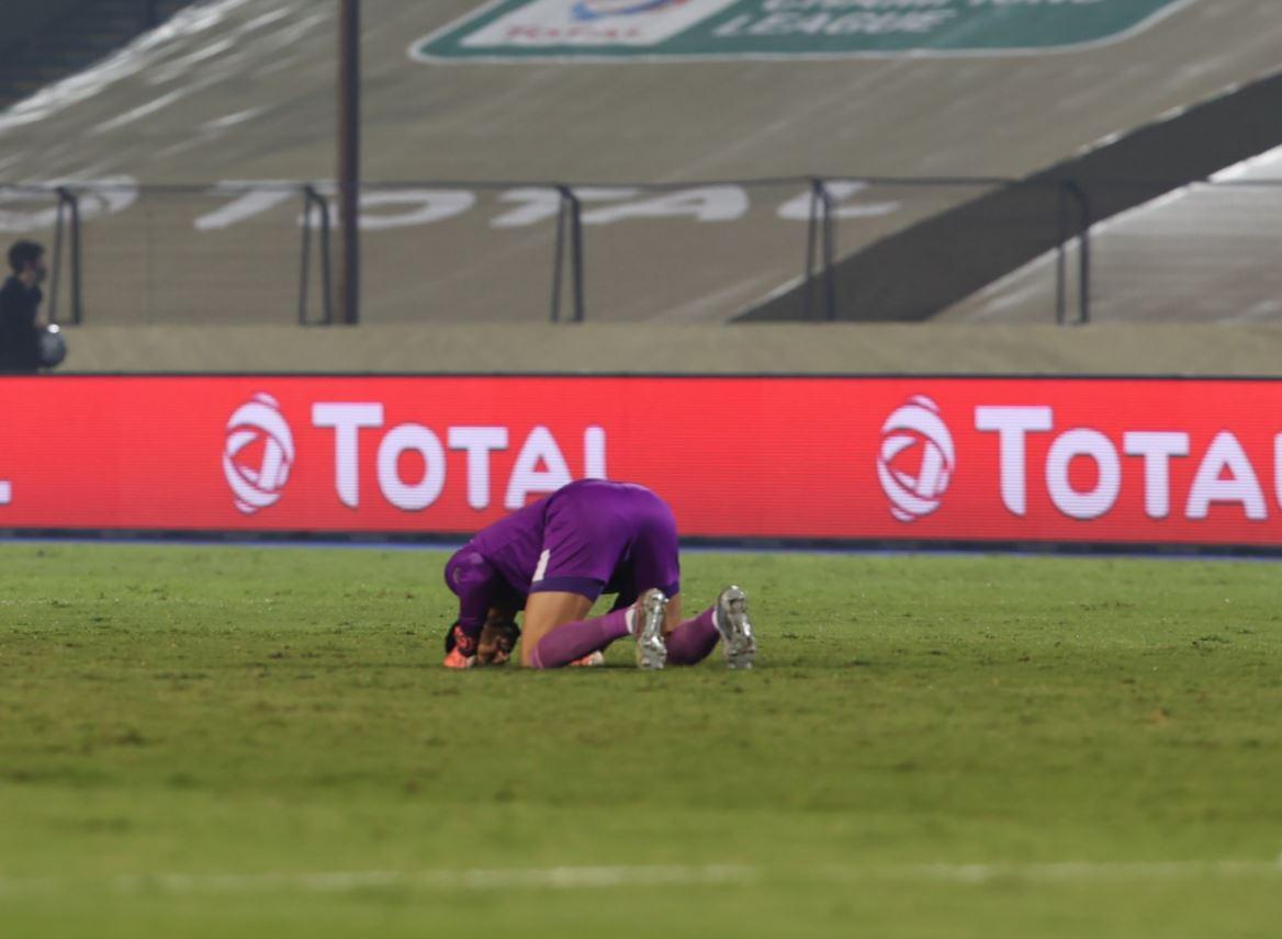 سجدة شكر لله بعد إحراز الهدف الأول للأهلي