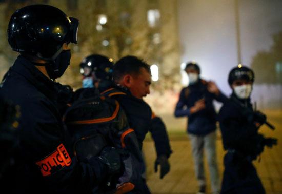 الشرطة تعتقل رجلا