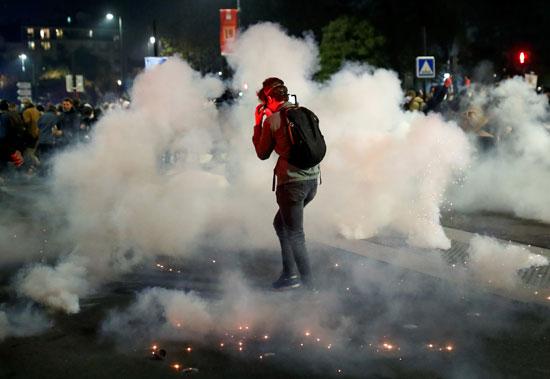 متظاهر وسط دخان القنابل