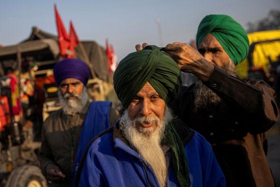فلاح يربط لباس الرأس الذي يعبر عن شرف الرجل في البنجاب