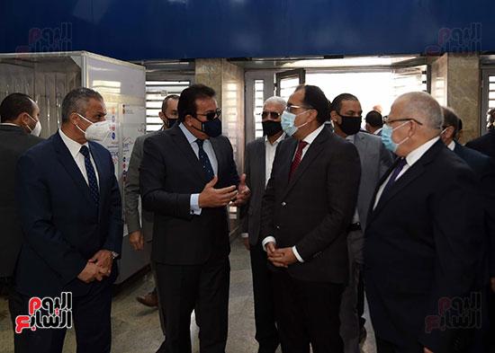 رئيس الوزراء يتفقد أعمال تطوير المعهد القومى للأورام (6)