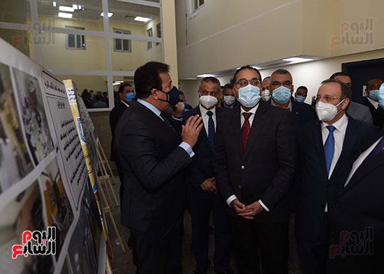 رئيس الوزراء يتفقد أعمال تطوير المعهد القومى للأورام (12)