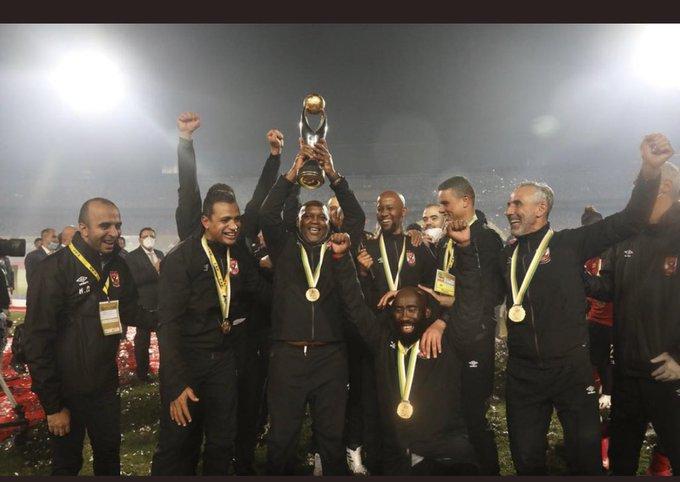 موسيماني يرفع كأس أفريقيا