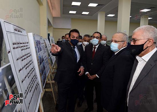 رئيس الوزراء يتفقد أعمال تطوير المعهد القومى للأورام (11)