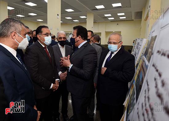 رئيس الوزراء يتفقد أعمال تطوير المعهد القومى للأورام (10)