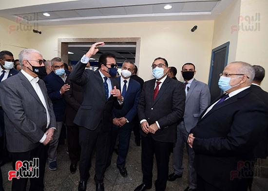 رئيس الوزراء يتفقد أعمال تطوير المعهد القومى للأورام (8)