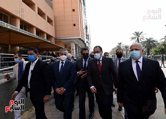 رئيس الوزراء يتفقد أعمال تطوير المعهد القومى للأورام (5)