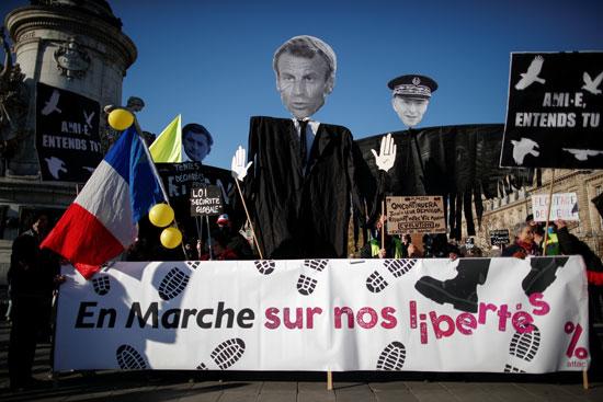 لافتات ضد ماكرون