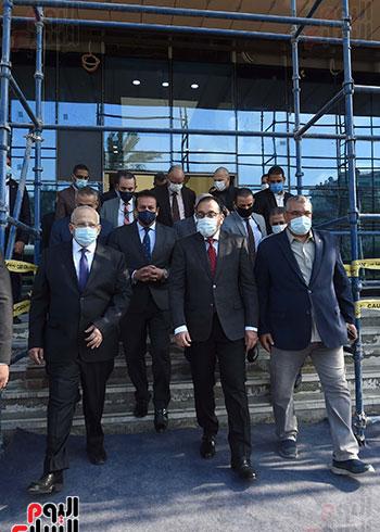 رئيس الوزراء يتفقد أعمال تطوير المعهد القومى للأورام (16)