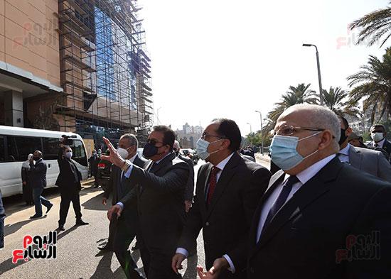 رئيس الوزراء يتفقد أعمال تطوير المعهد القومى للأورام (3)