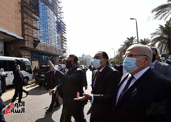 رئيس الوزراء يتفقد أعمال تطوير المعهد القومى للأورام (2)