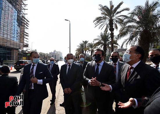 رئيس الوزراء يتفقد أعمال تطوير المعهد القومى للأورام (1)